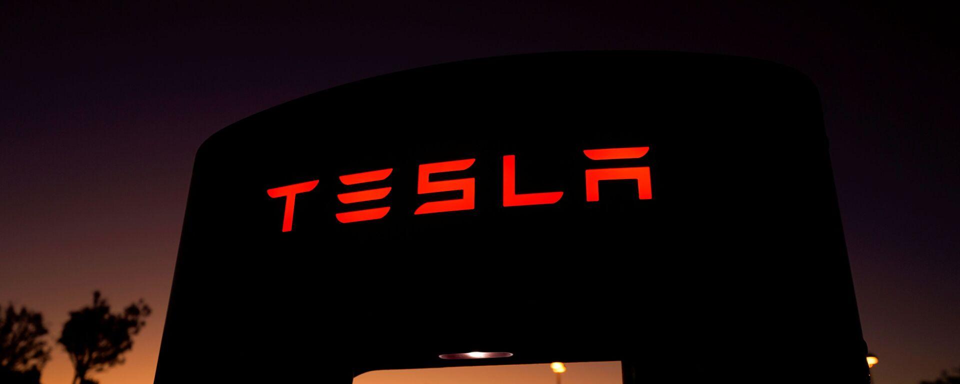 Un supercargador de Tesla en una estación de carga en Santa Clarita, California - Sputnik Mundo, 1920, 29.09.2020