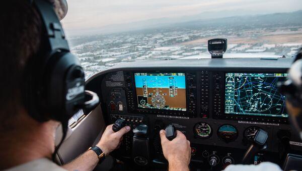 El piloto de una aeronave durante el vuelo (archivo) - Sputnik Mundo