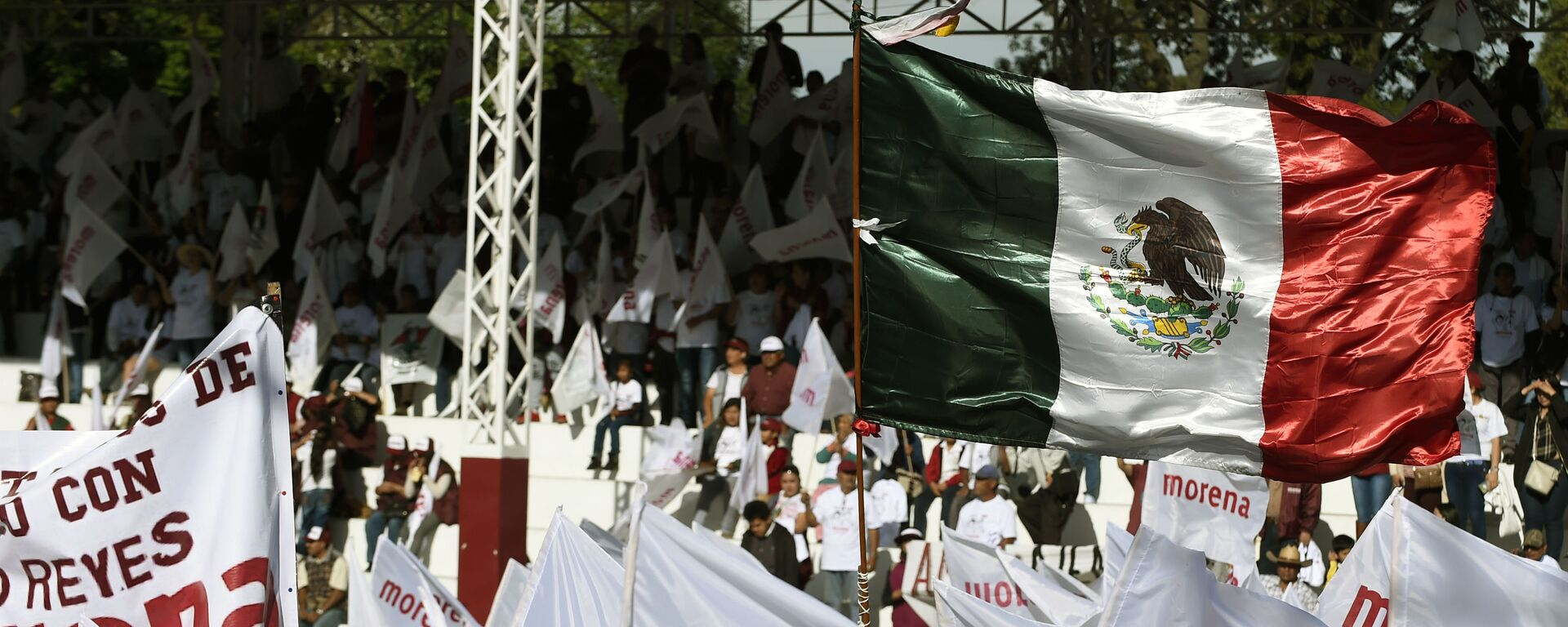 Banderas del partido gobernante mexicano Morena - Sputnik Mundo, 1920, 13.10.2020