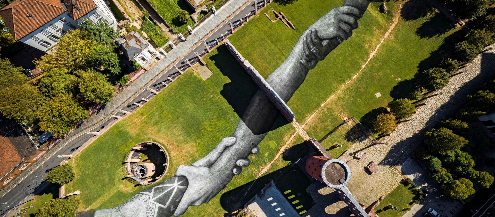Cadena humana del artista francés Saype, en Turín (Italia) - Sputnik Mundo, 1920, 02.10.2020