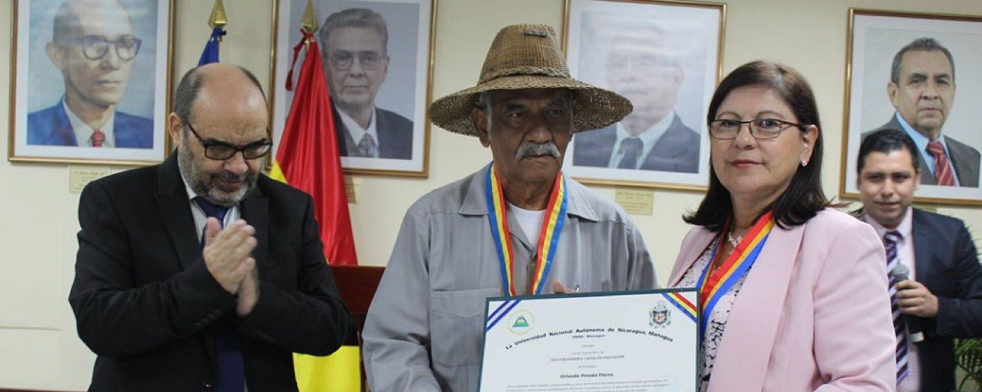 La Rectora de UNAN-Managua, Ramona Rodríguez Pérez, otorga el título de Doctor Honoris Causa en Educación al profesor Orlando Pineda - Sputnik Mundo, 1920, 30.04.2021