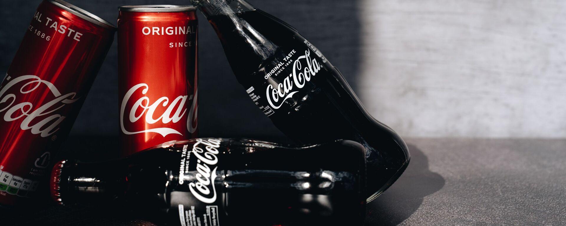 Latas y botellas de Coca-Cola (imagen referencial) - Sputnik Mundo, 1920, 25.06.2021