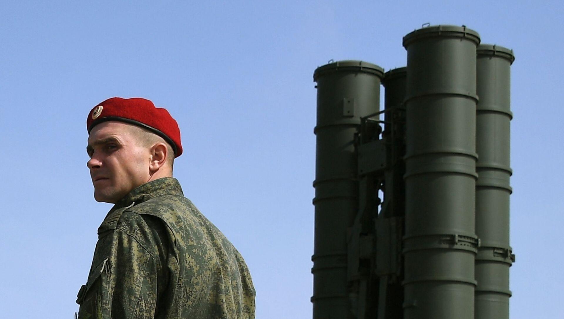 Un soldado cerca del sistema de misiles antiaéreos S-400 durante los ejercicios militares Kavkaz 2020 - Sputnik Mundo, 1920, 05.02.2021
