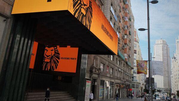 Cartel del musical 'El rey león' en la Gran Vía de Madrid - Sputnik Mundo