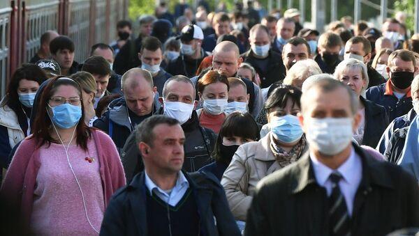 Gente en una estación de trenes en Moscú - Sputnik Mundo