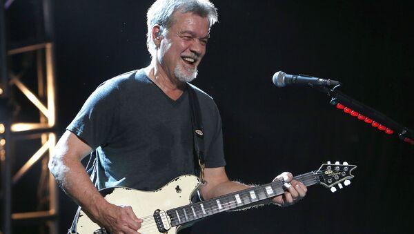 Eddie Van Halen, guitarrista de la banda Van Halen, durante un concierto en 2015 - Sputnik Mundo