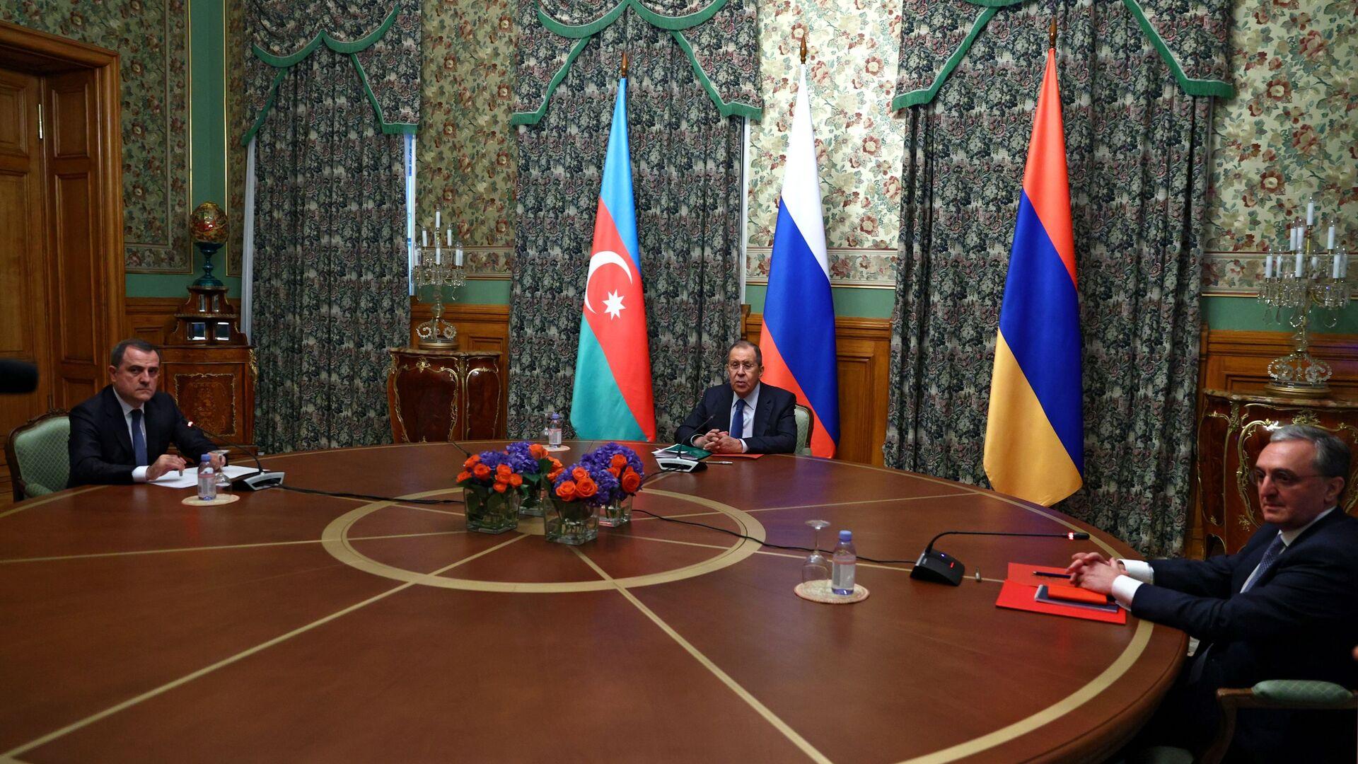Las negociaciones entre los cancilleres de Rusia, Armenia y Azerbaiyán sobre Karabaj  - Sputnik Mundo, 1920, 27.09.2021