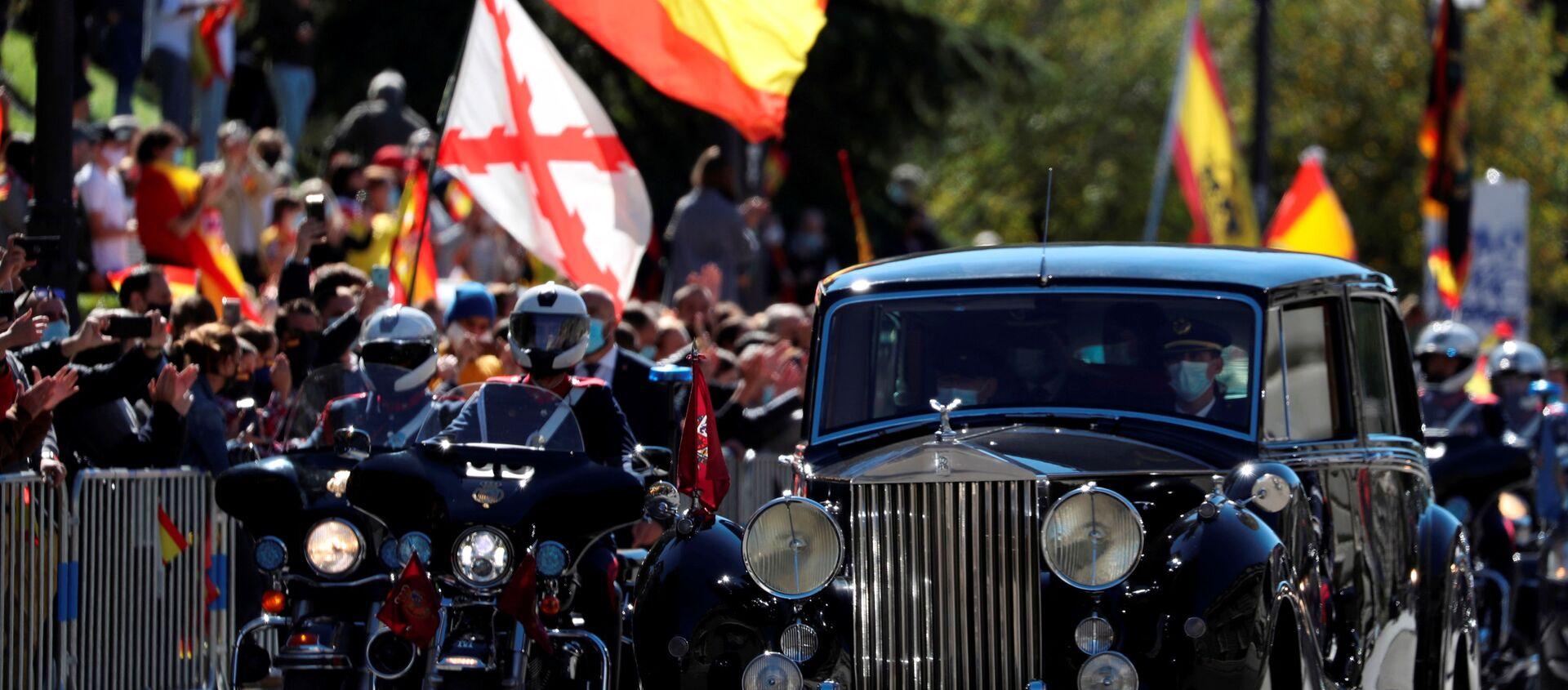 El rey español Felipe y la reina Letizia abandonan el desfile para conmemorar el Día Nacional de España. Madrid, 12 de octubre de 2020 - Sputnik Mundo, 1920, 13.10.2020
