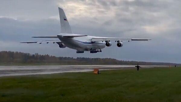 Así realiza una aproximación frustrada un enorme An-124 Ruslan - Sputnik Mundo