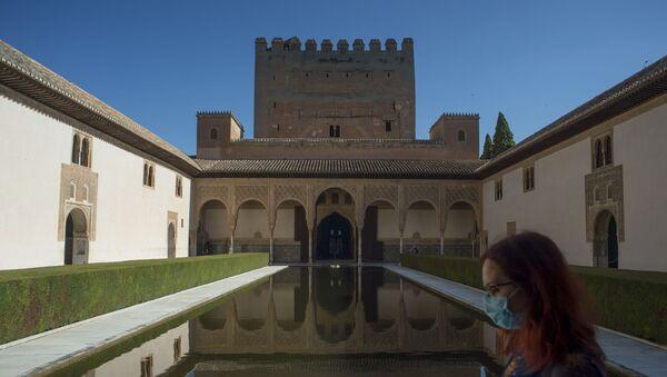 Visitante en la Alhambra de Granada - Sputnik Mundo