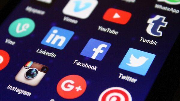 Íconos de unas redes sociales en un teléfono, referencial - Sputnik Mundo