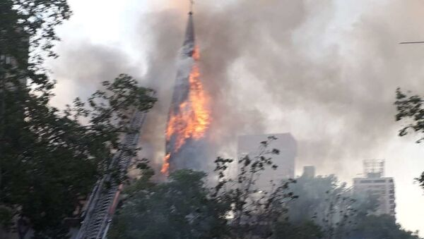 Incendio en iglesia de Santiago durante protestas por un año del estallido social - Sputnik Mundo