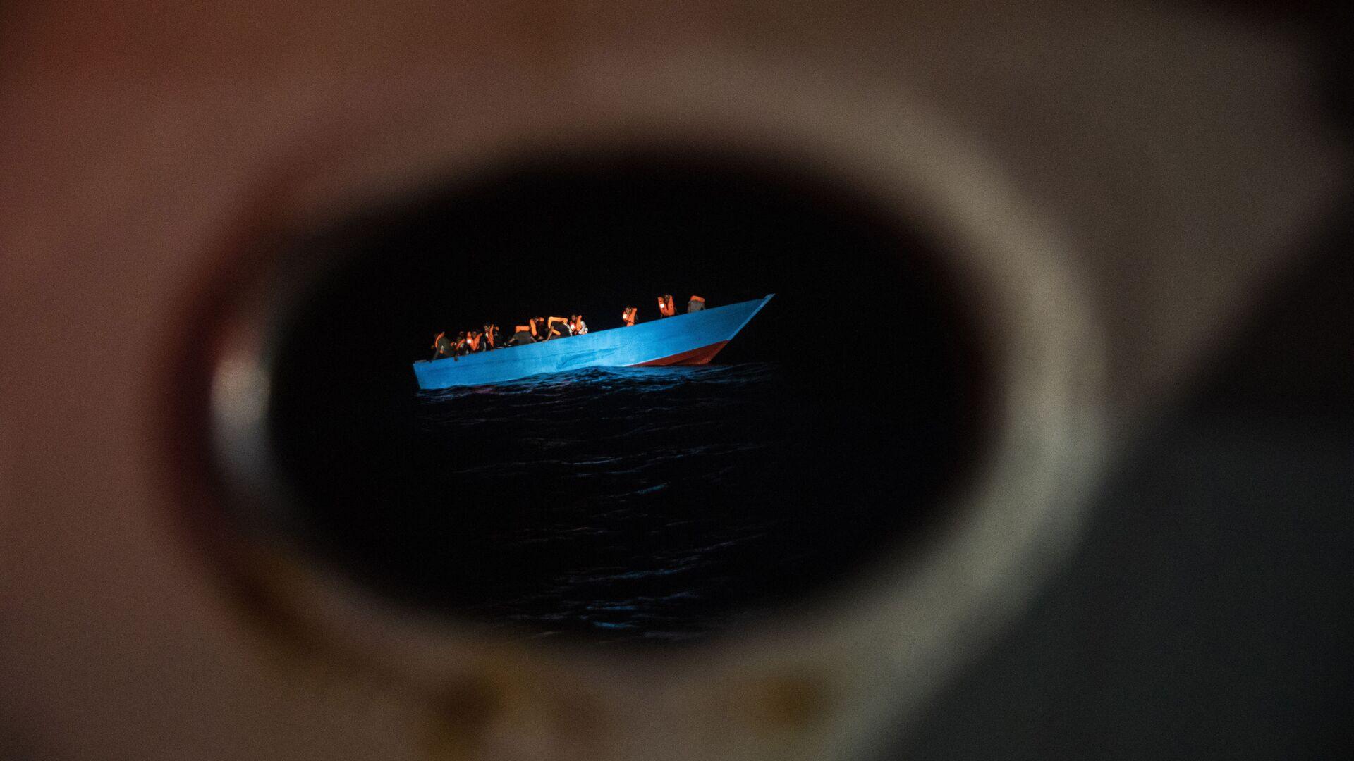 Decenas de migrantes esperan ser asistidos por un equipo de rescate en el Mediterráneo - Sputnik Mundo, 1920, 04.03.2021