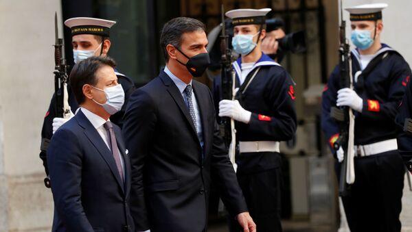 El primer ministro de España, Pedro Sánchez, y el primer ministro de Italia, Giuseppe Conte, revisan la guardia de honor en el Palacio de Chigi en Roma, Italia, 20 de octubre de 2020 - Sputnik Mundo