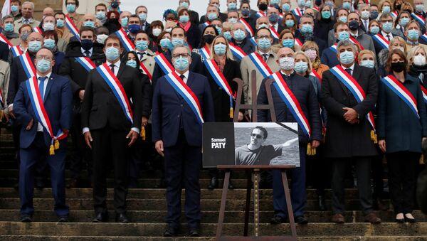 Miembros del parlamento francés se reúnen frente a la Asamblea Nacional durante un homenaje a Samuel Paty, el profesor decapitado por un joven checheno, París, Francia, el 20 de octubre. - Sputnik Mundo