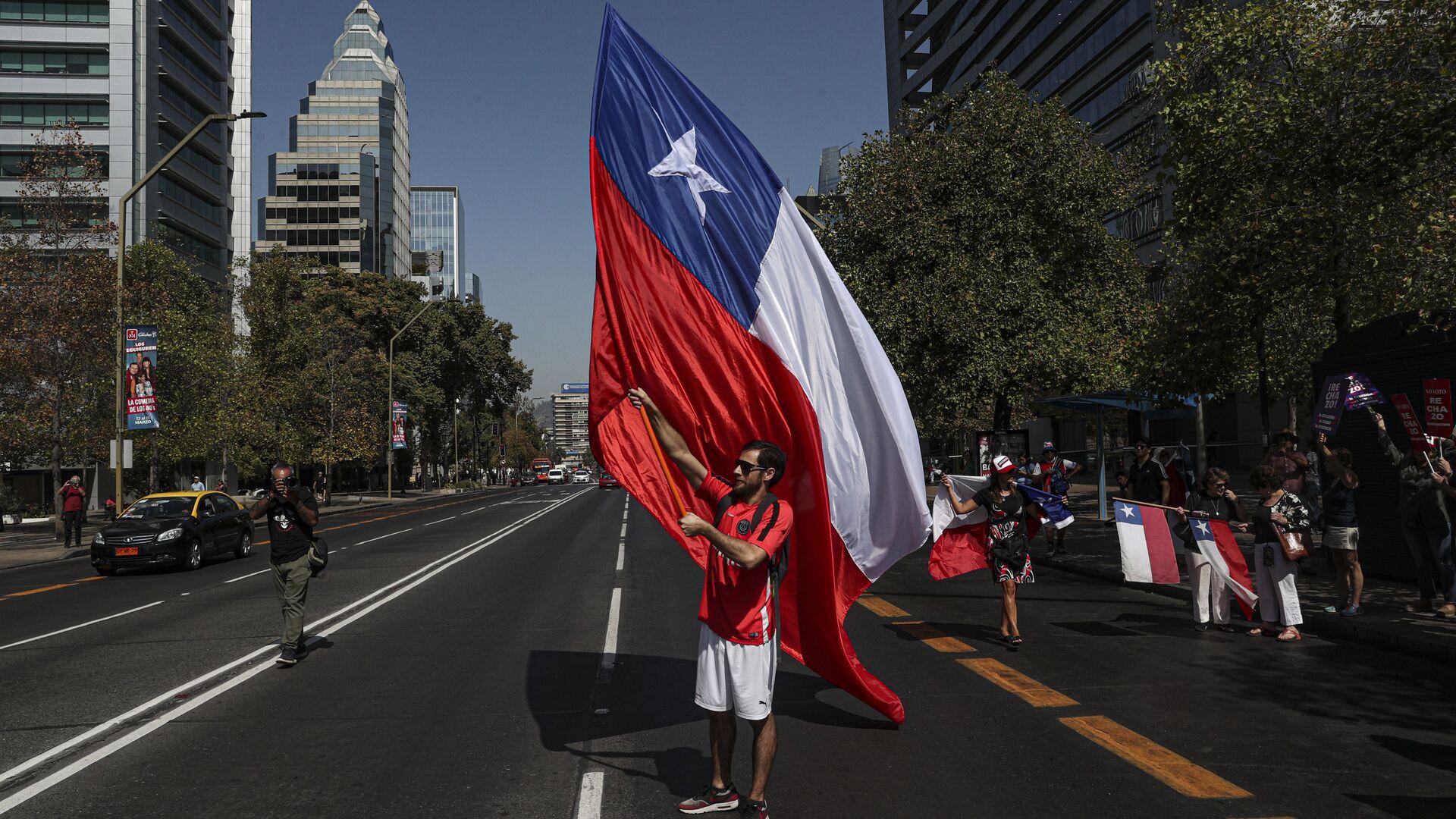 Un manifestante con la bandera de Chile - Sputnik Mundo, 1920, 13.10.2021