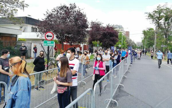 Chilenos llegaron en masa a pesar del coronavirus para participar del histórico plebiscito constitucional - Sputnik Mundo