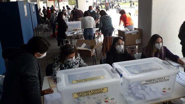 Votación en el Estadio Nacional durante el plebiscito para la nueva Constitución de Chile - Sputnik Mundo