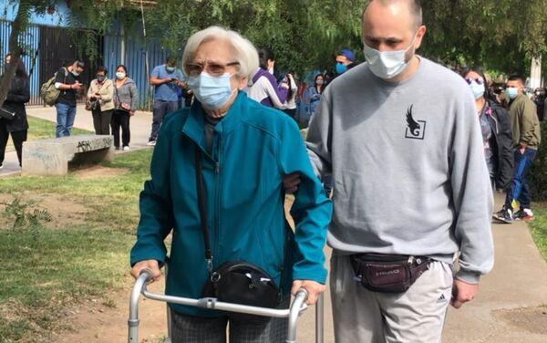 Adultos mayores yendo a votar en colegio de Ñuñoa (sureste de Santiago) - Sputnik Mundo