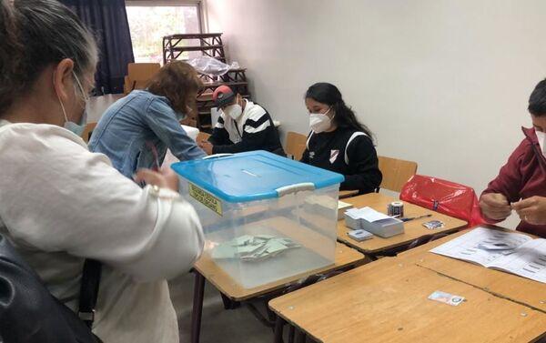 Votación en Lo Hermida, sureste de Santiago - Sputnik Mundo