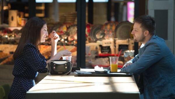 Una pareja en un restaurante en Moscú - Sputnik Mundo
