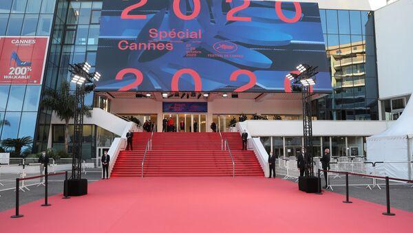 Una alfombra roja en el exterior del Palacio de Festivales y Congresos antes del Festival de Cannes 2020 - Sputnik Mundo