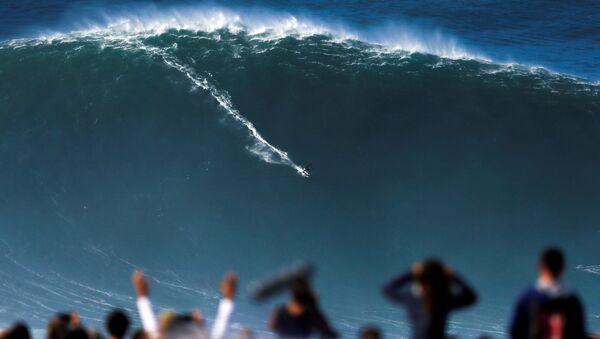 Un surfista atrapa una ola gigante en Nazaré, Portugal - Sputnik Mundo