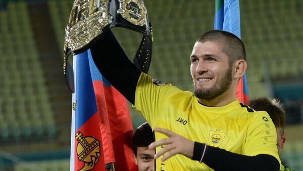 Khabib Nurmagomedov con el cinturón del campeón en el peso ligero de la UFC - Sputnik Mundo