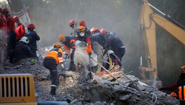 Las operaciones de búsqueda y rescate tras el terremoto en Turquía - Sputnik Mundo