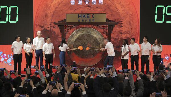 Miembros de la empresa Alibaba golpean el gong durante su salida a la bolsa de Hong Kong  - Sputnik Mundo