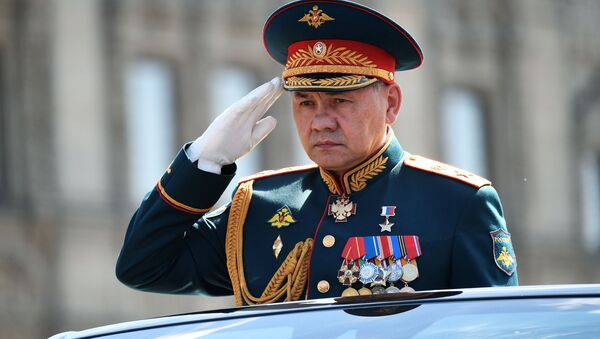 Serguéi Shoigú, ministro de Defensa de Rusia, durante un desfile militar en Moscú - Sputnik Mundo