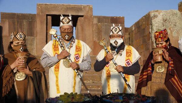 El presidente electo de Bolivia, Luis Arce, y su vicepresidente, David Choquehuanca, reciben bastones de mando del pueblo aymara - Sputnik Mundo