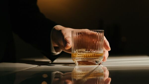 Un vaso de alcohol (imagen referencial) - Sputnik Mundo