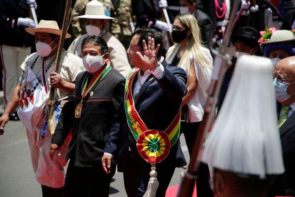 El presidente constitucional de Bolivia, Luis Arce Catacora, junto al vicepresidente, David Choquehuanca Céspedes, después de la toma de posesión salen a la plaza Murillo y saludan a la gente - Sputnik Mundo