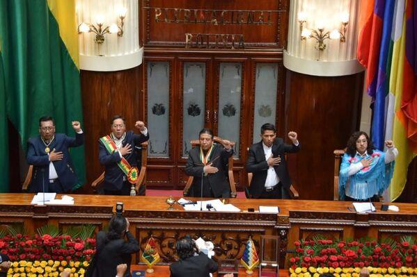 Así se desarrollo el juramento de Luis Arce Catacora acompañado del vicepresidente, David Choquehuanca, el presidente del Senado, Andrónico Rodríguez y el presidente de los diputados Freddy Mamani - Sputnik Mundo