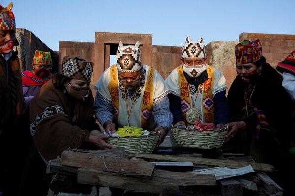Días antes de la toma de posesión oficial, Luis Arce Catacora, junto a David Choquehuanca, recibió el bastón de mando indígena en una ceremonia realizada en las ruinas de Tiwanaku - Sputnik Mundo
