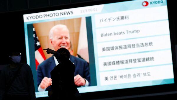 Información sobre la victoria de Joe Biden en una pantalla en Japón - Sputnik Mundo