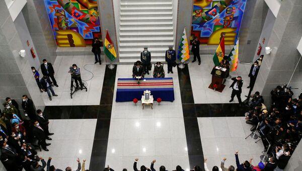 El presidente de Bolivia, Luis Arce, toma juramento al nuevo gabinete - Sputnik Mundo