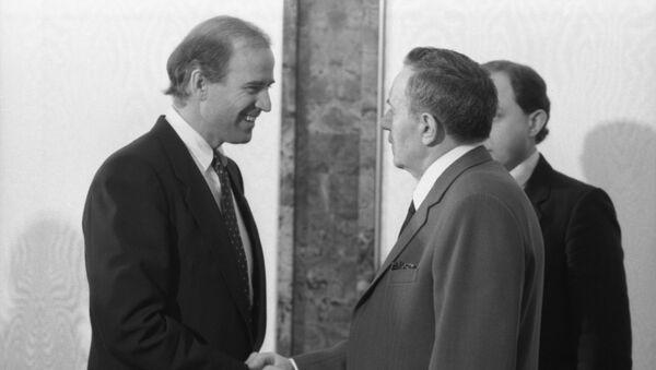 Senador estadounidense, Joe Biden (izquierda) y el canciller de la URSS, Andréi Gromiko (archivo) - Sputnik Mundo