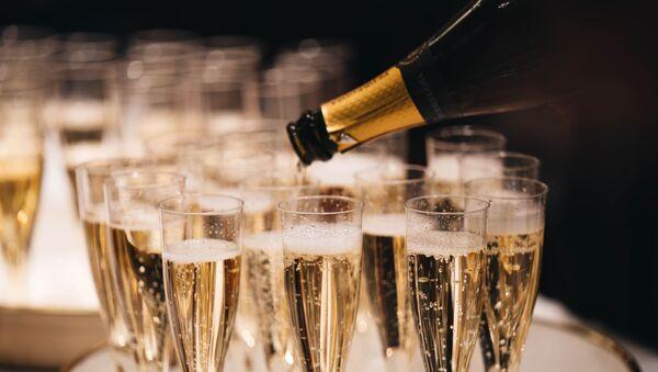 Copas y una botella de champán (imagen referencial) - Sputnik Mundo