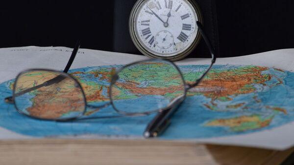 Unas gafas en un mapa del mundo (imagen referencial) - Sputnik Mundo