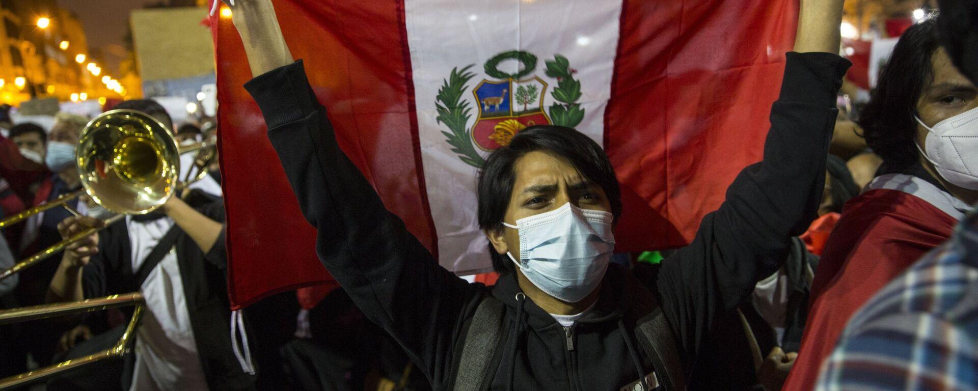 Un joven se moviliza en Perú durante la crisis política de noviembre de 2020 - Sputnik Mundo, 1920, 17.11.2020