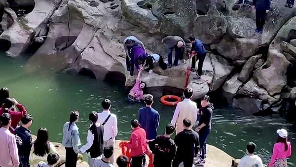 El cónsul general británico Stephen Ellison ayuda a salvara a una chica en China - Sputnik Mundo