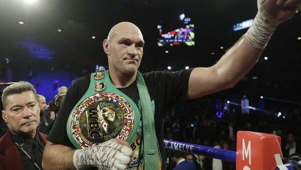 El boxeador inglés Tyson Fury celebra su victoria sobre Deontay Wilder en un combate por el título de pesos pesados de la WBC, el febrero de 2020 - Sputnik Mundo