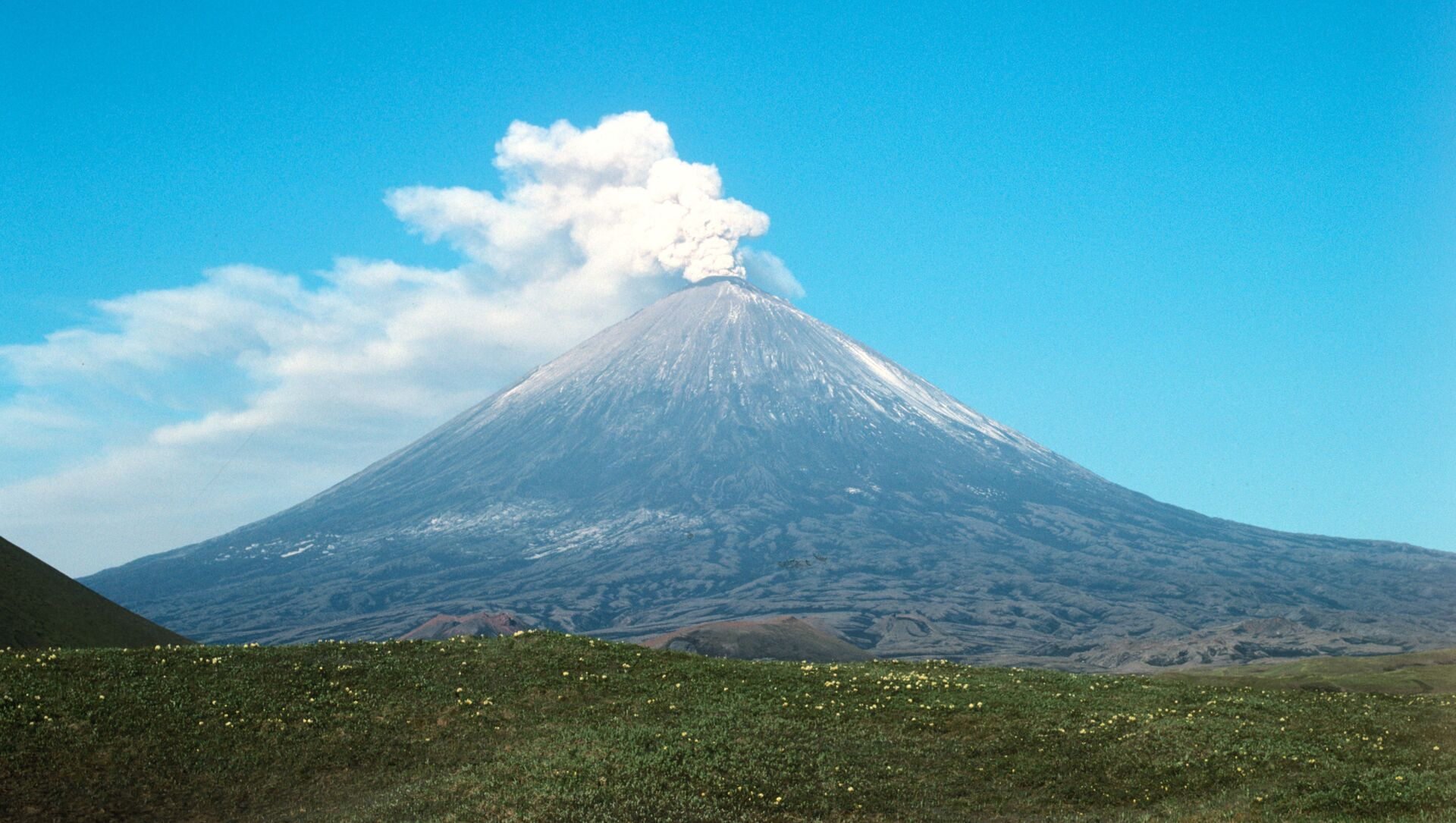 El volcán Kliuchevskói, en la península de Kamchatka (archivo) - Sputnik Mundo, 1920, 05.02.2021