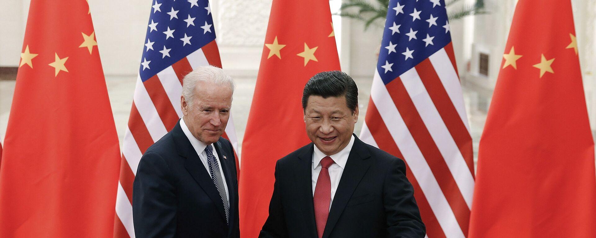 El presidente chino, Xi Jinping,  con el entonces vicepresidente de EEUU, Joe Biden, en Pekín, el 4 de diciembre de 2013. - Sputnik Mundo, 1920, 10.09.2021