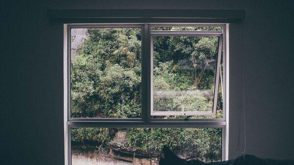 Imagen referencial de una habitación ventilándose con la ventana abierta - Sputnik Mundo
