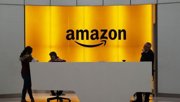 Imagen de archivo. Personas en el vestíbulo de las oficinas de Amazon en Nueva York - Sputnik Mundo