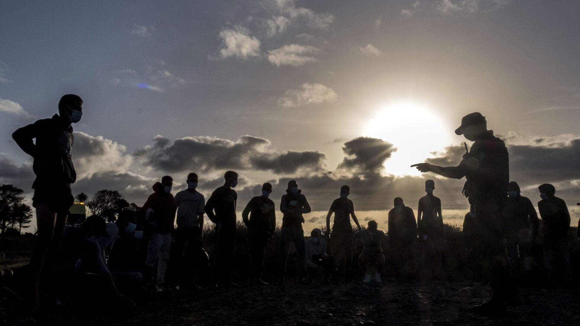 Migrantes de Marruecos son detenidos por la Policía española tras llegar a la costa de las Islas Canarias. 16 de octubre de 2020. - Sputnik Mundo, 1920, 06.02.2021