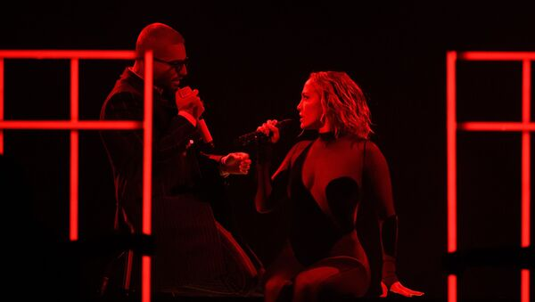 Maluma y Jennifer López en el American Music Awards 2020 - Sputnik Mundo